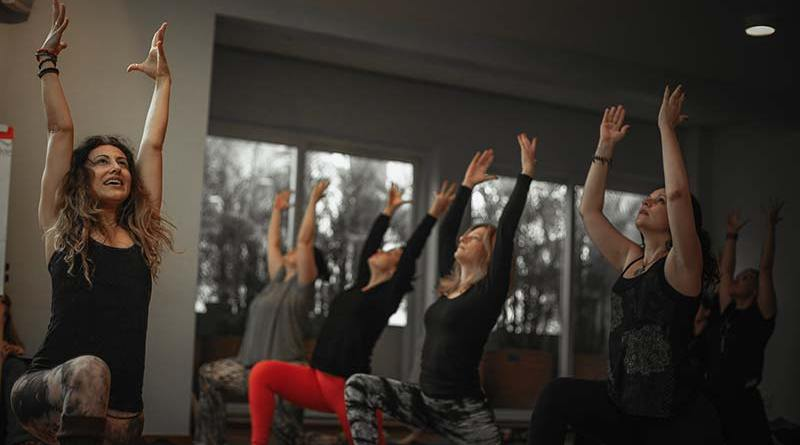 Prática e interesse na Yoga Dance crescem e podem ser aprofundados