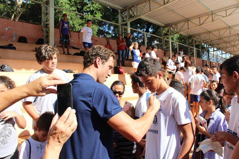 Projeto Nadando na Frente recebe visita do atleta olímpico Guilherme Guido