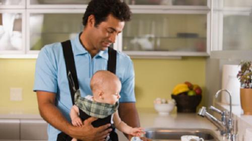 homem cuidando de criança