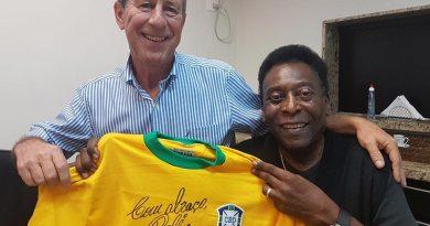 Camisa 10 da Seleção Brasileira autografada por Pelé pode ser arrematada online