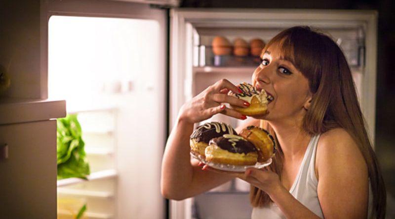 Como controlar a ingestão excessiva de alimentos à noite
