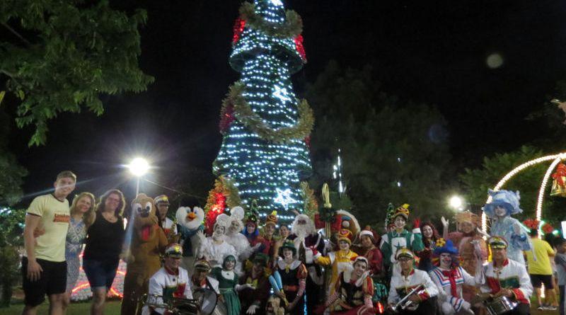 Parada Natalina encanta público presente na Praça Central de Cravinhos