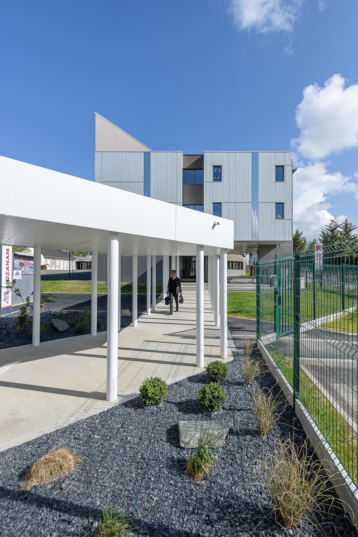 Couasnon et Launay architectes, passage couvert et espace pastoral, Lycée Ozanam, Cesson-Sévigné, 35.