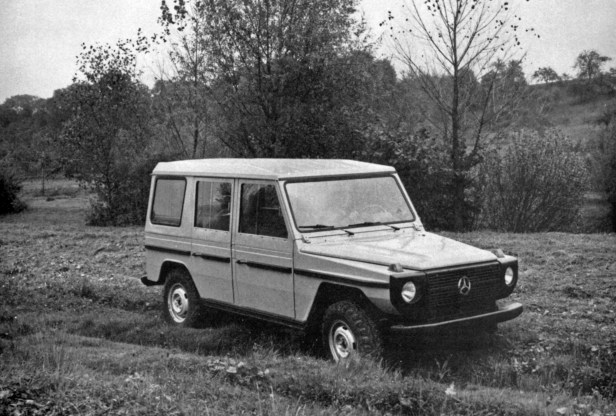"Mercedes-Benz Geländewagen als Station-Wagen mit langem Radstand (2.850 Millimeter). Fotografie aus der im November 1975 erschienen internen Broschüre ""Mercedes-Benz Cross Country Car. Technical Description"". Mercedes-Benz off-road vehicle as a station wagon with long wheelbase (2,850 millimetres). Photograph from the internal brochure ""Mercedes-Benz Cross Country Car. Technical Description"" published in November 1975."