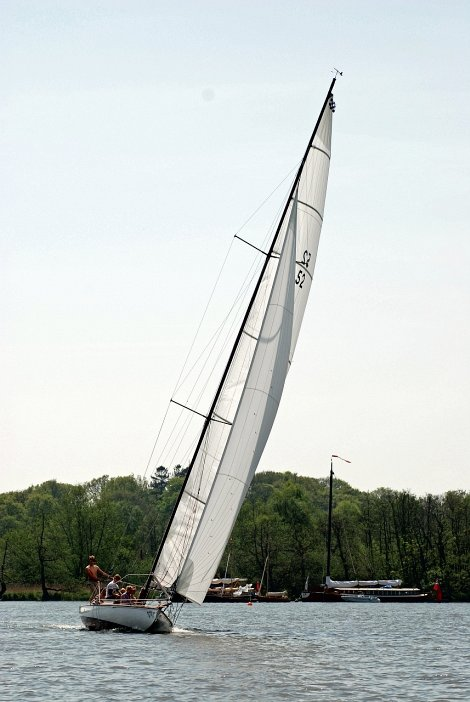 Norfolk Broads racer Maidie gets a new carbon fibre mast