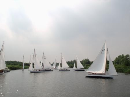 Norfolk Broads boats racing, photo by Robert Henson, image from the Wikipedia