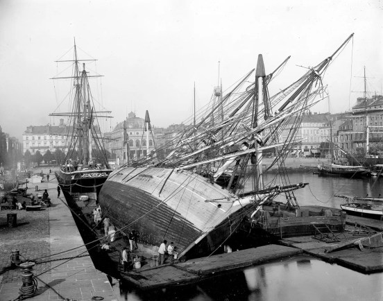 FRANCE - CIRCA 1890: Le Havre (Seine-Maritime). Maintenance of boats in the dock of Commerce, about 1900. (Photo by ND/Roger Viollet/Getty Images)