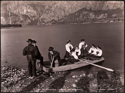 800px-Paa_Kirkefærd_(Dragter_fra_Sætersdal),_1894