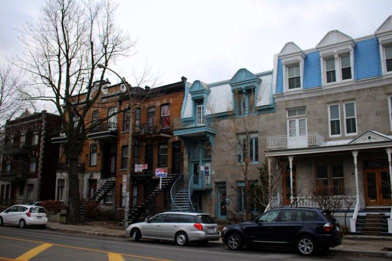 Wohnungsbesuch (mittig, in blau)
