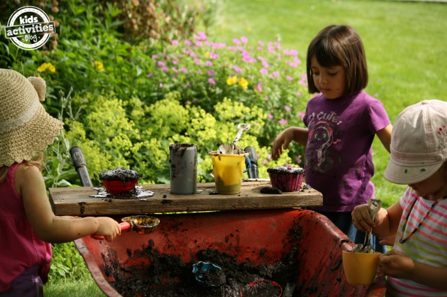 mud-kitchen-in-wheelbarrow