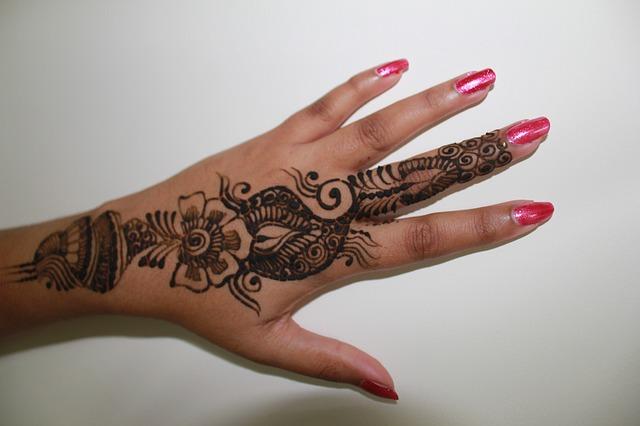 henna mehndi hand