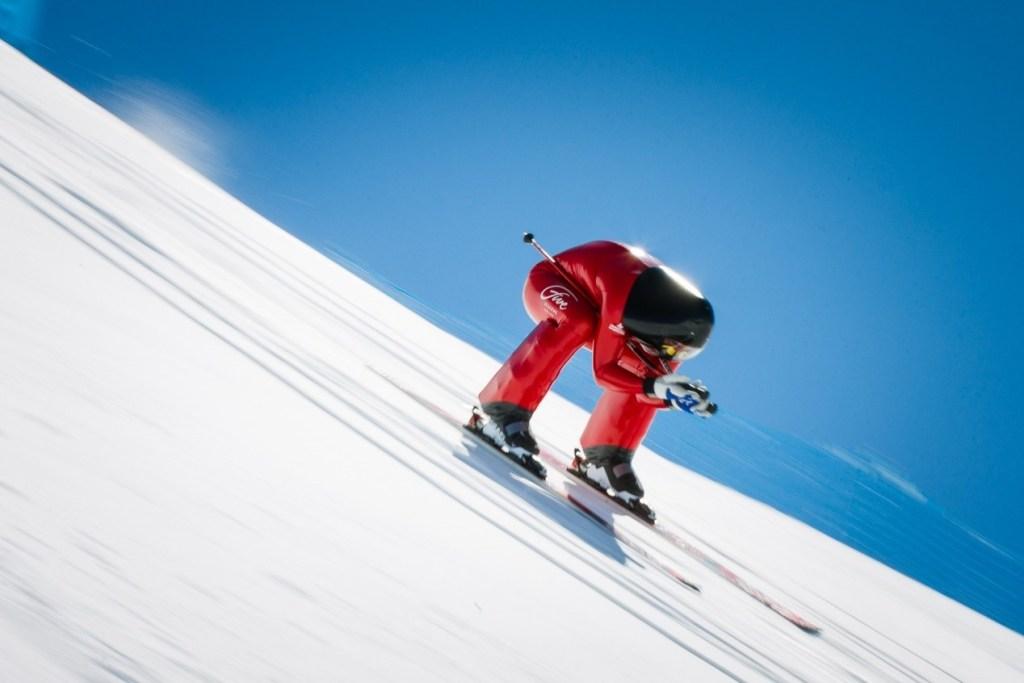 Αθλητής των αγώνων ταχύτητας με σκι