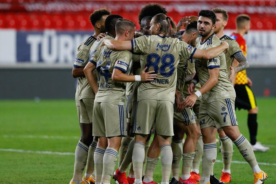 Οι παίκτες της Φενέρμπαχτσε πανηγυρίζουν γκολ στην εκτός έδρας νίκη με 3-2 επί της Γκιοζτέπε!