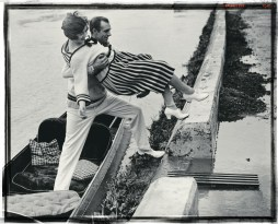 A chivalrous gentleman helps his lady friend onto the towpath from a punt at Richmond, London, 1925. (Photo by Hulton Archive/Getty Images)