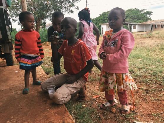 Nachbarsjunge Mafuro hat sich ein Seifenblasen-Set gebastelt