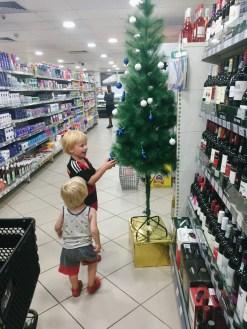 Begeisterung über weihnachtliche Deko im daresslamer Supermarkt
