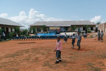 Graduation, 11:00 Uhr: Das Festzelt wird aufgebaut. Start der Veranstaltung: 10:00 Uhr.