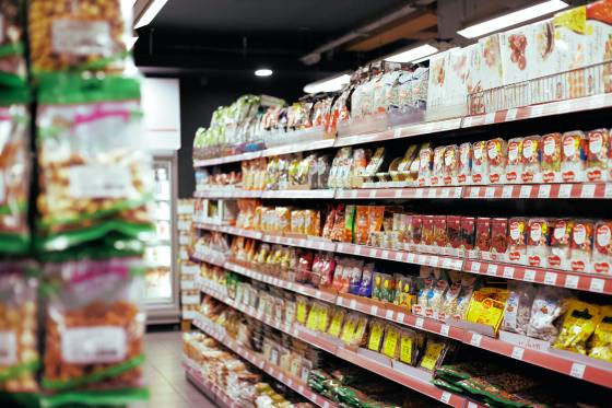 supermarkets push junk food: image of an isle of a supermarket
