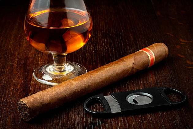 Top 5 Drinks to Pair with Cigars