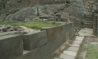 идеально выровненые блоки на древних развалинах