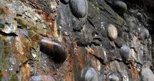 Чан Да Я - китайская скала, откладывающая каменные яйца