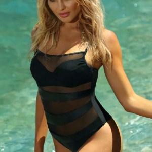 Девушка в черном купальнике self