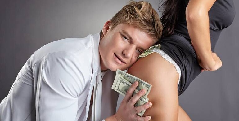 Мужчина предлагает деньги за секс