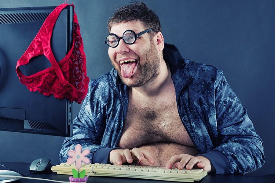 парень смотрит порно