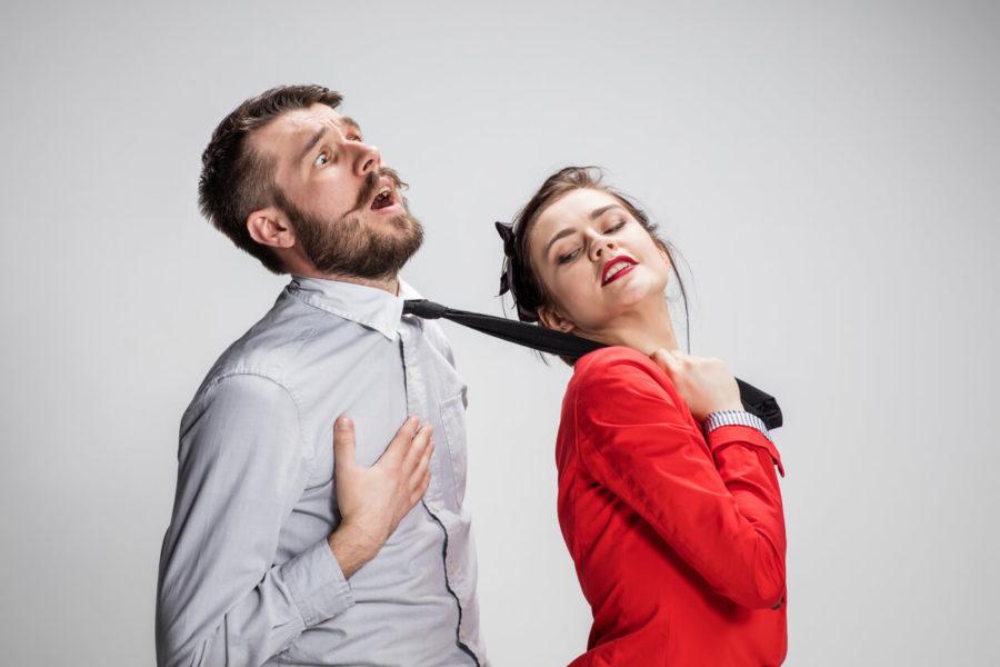 Dziewczyna trzyma mężczyznę na krawat