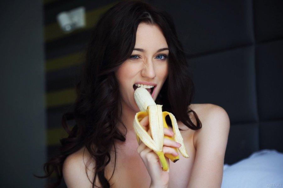 девушка сексуально ест банан
