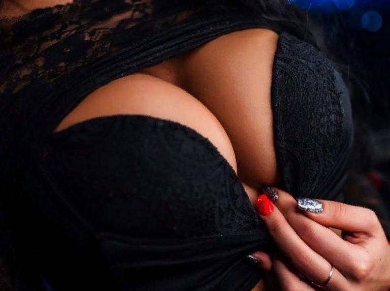 Ласки с женской грудью