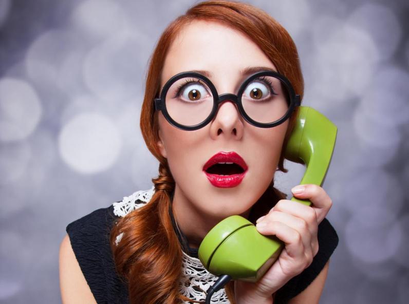 девушка с зеленым телефоном