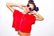 девушка в красной футболке