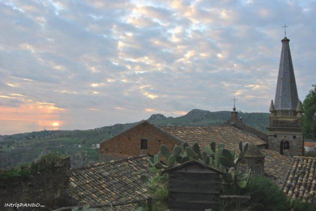 borgo fantasma di Pentedattilo al tramonto