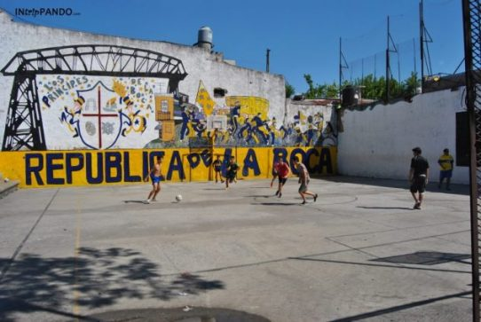 Ragazzi giocano a calcio nel quartiere Boca di Buenos Aires