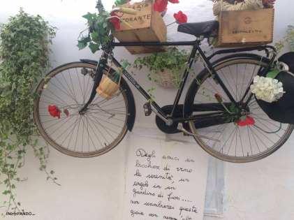 Una bicicletta-fioriera a Locorotondo