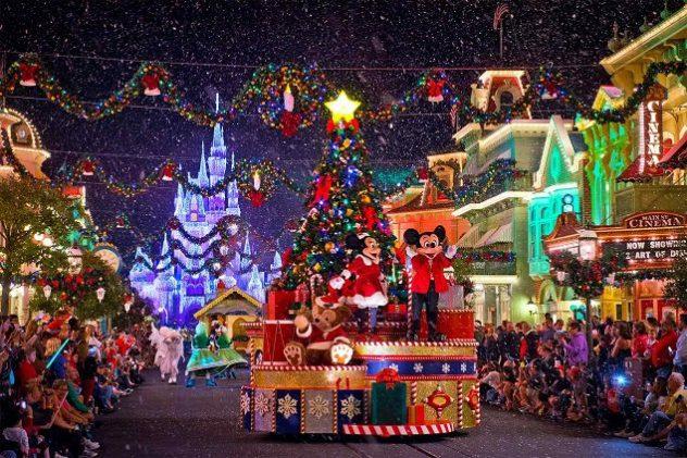 Sfilata dei carri di Natale a Disneyland Paris