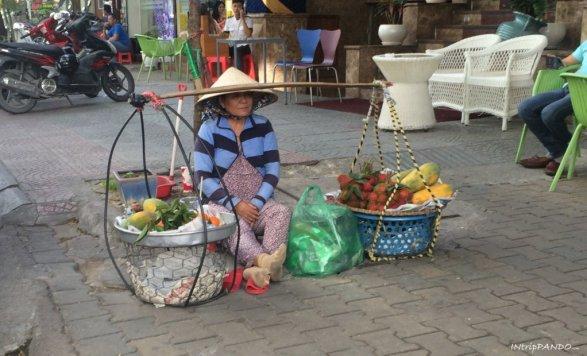 Una donna vietnamita vende frutta in strada