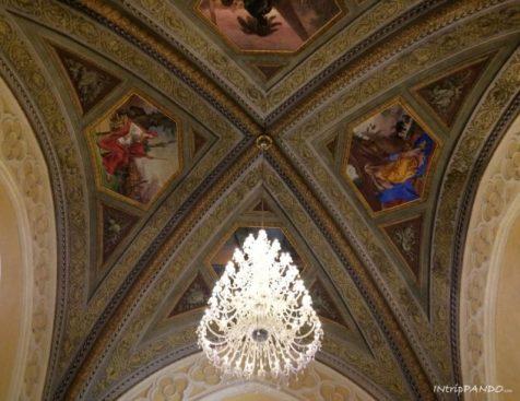 Decorazioni e lampadari della storica farmacia di Santa Maria Novella a Firenze