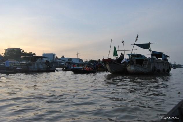 Mercato galleggiante sul delta del Mekong prende vita all'alba