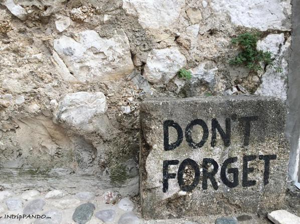 Pietra con scritta Don't Forget a Mostar