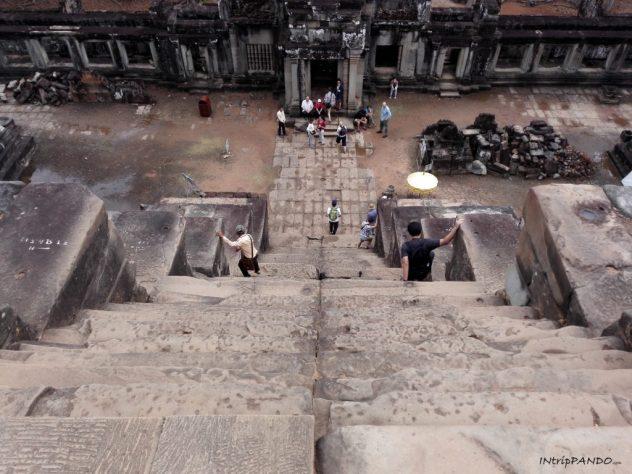 La ripidissima scalinata del tempio di Ta Keo