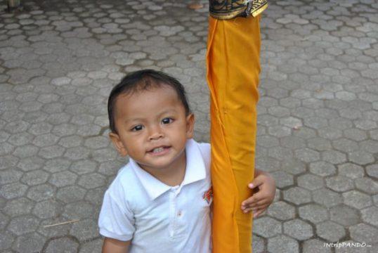 Lo sguardo di un bimbo durante una cerimonia in un tempio balinese