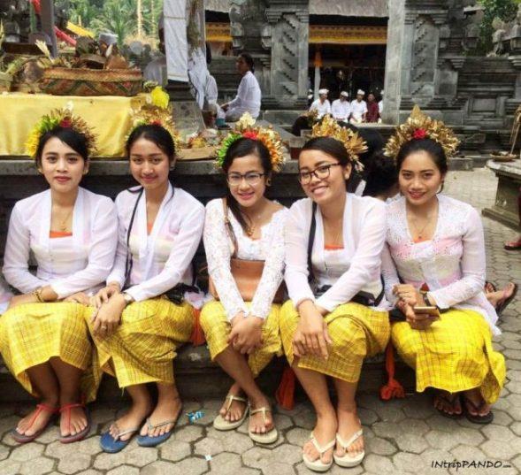 Donne balinesi durante una cerimonia in un tempio hindu