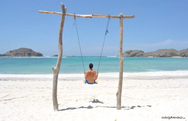 Altalena sulla spiaggia di Tanjung Aan a Lombok