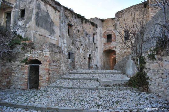 Le strade deserte del borgo fantasma di Craco
