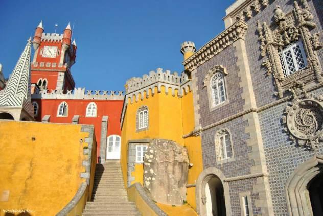 Scalinata all'interno delle mura di Palacio da Pena