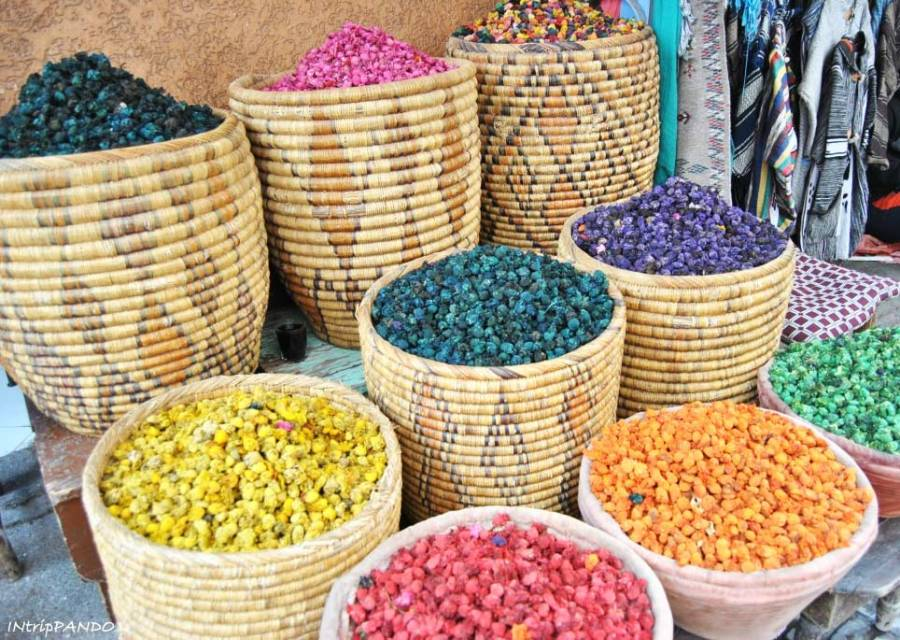 Cesti di spezie colorate a Marrakech