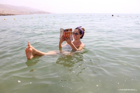 Bagno nelle salatissime acque del Mar Morto