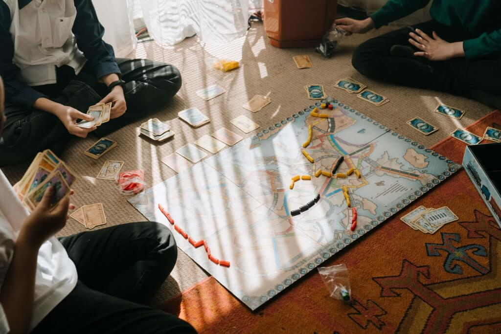 familie speelt bordspel op de grond